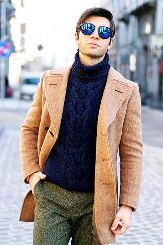これはお手本にしたい、キャメル色のチェスターコートを使ったカジュアルなコーディネート。 とにかくレベルが高いですね。ポイントはインナーにダークネイビーの