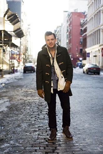 30代男性向けに使えそうな、ロング丈ダッフルコートを使ったコーディネート。 インナーにアクセントの付くカーディガンやシャツを取り入れ、きれいめかつカジュアルに