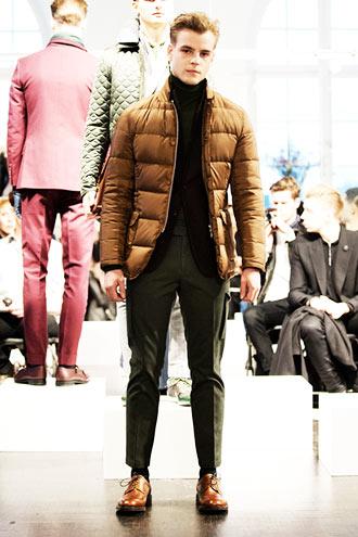 ややジャケットダウンのような形のダウンジャケットを使用したコーディネート。  顔が若いのでちょっと違和感がありますが、ボトムスに「くるぶし丈スラックス」を