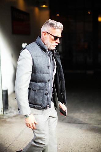 50代と大人の男性ほど似合いそうな「ダウンベストコーディネート」 全体的にグレーのワントーンで仕上げおり、渋い大人の男性だからこそ似合う着こなしではないでしょ