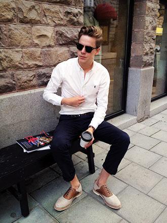 【メンズ春夏】白シャツ×デニムの定番コーディネートは靴で着回す!おすすめコーデ10選 | VOKKA [ヴォッカ]