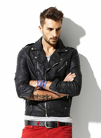 男らしい、無骨な黒のダブルライダースジャケットに、パンツで差し色をプラスしたコーディネート。 黒の対比としてパンツの赤が効いている。  ただ、フルレングスだと