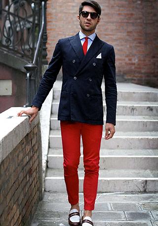 濃紺×レッドという対照的なコントラストが効いており、ファッション上級者らしさが滲み出ていますね。 品のあるダブルジャケットを\u201dあえてカラーパンツで崩す\u201d\u2026