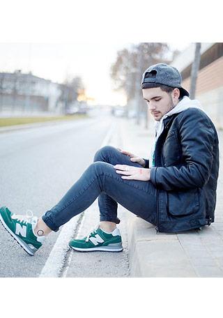 オーソドックスで何とでも合わせやすい「黒のレザージャケット」と緑色(グリーン)のスニーカーを組み合わせた着こなし。 スニーカーが良い具合に差し色&アクセント