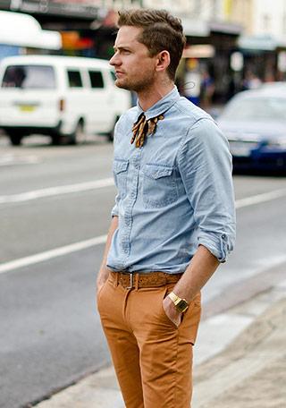 オレンジパンツ×シャツの着こなし