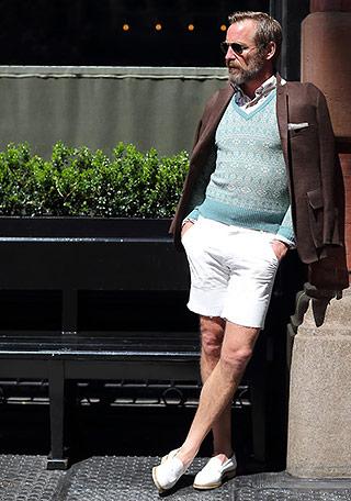ファッション雑誌のLEONやUOMOに載っていそうなコーディネートですね。 Vネックセーターとショーツという組み合わせが新鮮であり、かなり洒落ています。