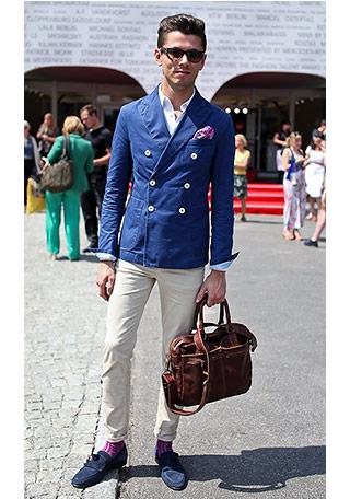 上級者らしいテクニックが特徴的な、カラー(色物)靴下を加えて差し色にした着こなし方。 写真はブルーのダブルジャケット×ベージュパンツに、紫色の靴下を合わせてい