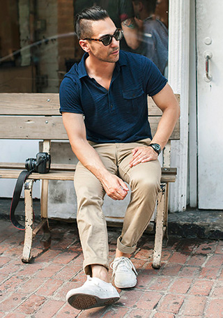 ネイビーポロシャツの鉄板コーデ!とも言える、ベージュ色のチノパンを組み合わせた着こなし。  このパンツだと「色の相性が良い・程よいカジュアルなテイストになる」