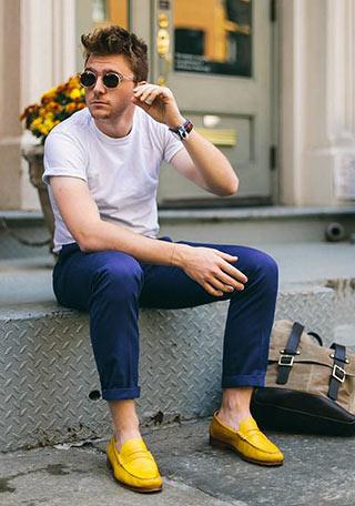 ネイビーパンツ×イエローローファーの着こなし。 紺色の補色・差し色になるイエローローファーが際立っていますね。 シンプルな白Tシャツは、こんなコーディネートも