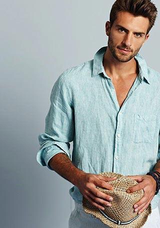 爽やかでシンプルなリネンシャツの着こなしに、麦わら帽子をプラスしてよりオシャレに仕上げたコーディネート。