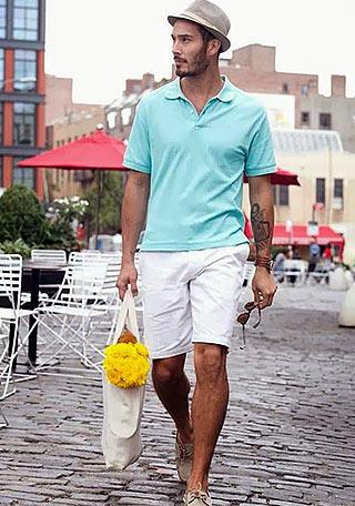 サックスブルーポロシャツ×白ショーツの着こなし