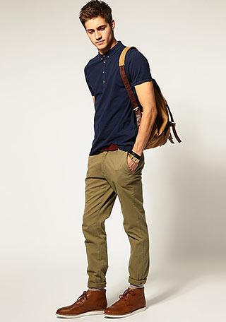 ネイビーポロシャツ×カーキパンツの着こなし