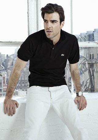 黒ポロシャツ×白パンツの大人な着こなし