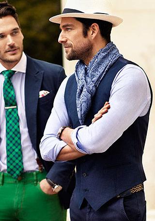 ジレ×シャツの上品な印象を麦わら帽子で程よくカジュアルダウンした、夏の大人コーディネート。