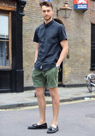 640d85e6752414 上品めにうつるネイビー半袖シャツに「グリーンショーツで遊び」を入れた夏向けの着こなし。 スナップのようにオーソドックスなシャツは、あえてカラーショーツを  ...