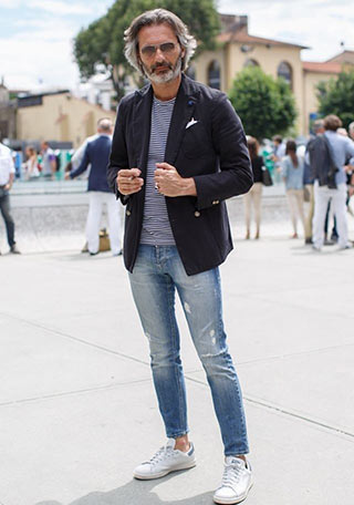 40代・50代男性が似合う、紺ダブルジャケット×ジーンズを組み合わせた春向けの着こなし。 上から紺ボーダーカットソー、ライトブルージーンズ、ホワイト スニーカーと、