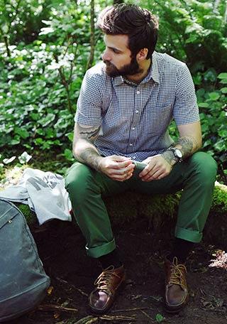ネイビーの半袖ギンガムチェックシャツ×グリーンパンツの着こなし
