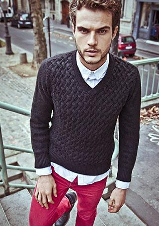 Vネックケーブル編みセーター×赤パンツの着こなし