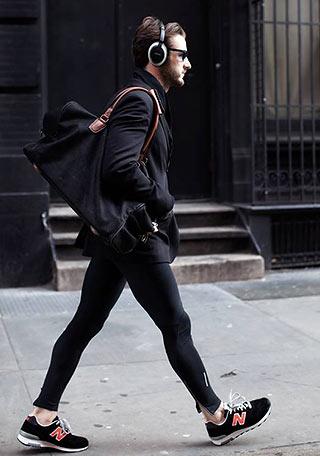 黒ジャケットや黒バッグなど全身黒で統一した「黒ワントーン」の着こなし。 ニューバランスに付いてい