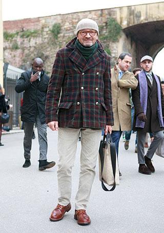 あえての柄物で差をつける、チェック柄のPコートに白パンツを合わせたハイセンスな着こなし。 これまた若者にはできない、60代くらいのおしゃれなオヤジさんだからこそ