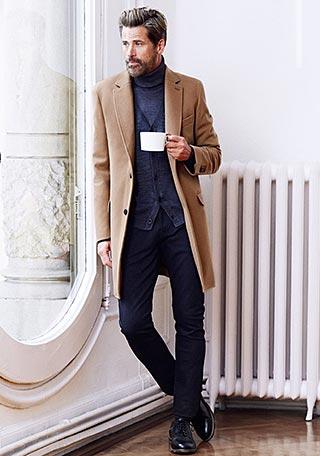 ベージュチェスターコート×グレータートルネックセーターの着こなし【60代】