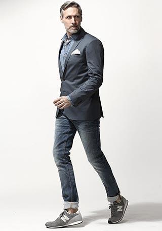今トレンドのレトロスニーカーを足元に添えた、60代男性の大人カジュアルなジャケットコーディネート。  何年か前までは「スニーカー=子供っぽい」という意見もありま