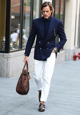 紺ダブルジャケット×白デニム・モンクシューズの着こなし