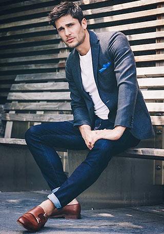 靴で差をつける、グレージャケットにジーンズとモンクストラップ(モンクシューズ)を合わせた着こなし。 ジャケットにジーンズを合わせるというオーソドックスな