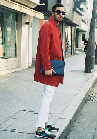 赤コートと白パンツ+スニーカーのスポーティな冬コーディネート