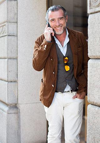 ブラウンジャケット×白パンツの着こなし【50代】