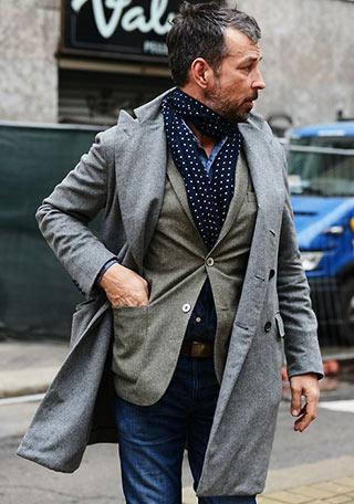 渋い大人カジュアル。グレーコートにカーキジャケットを合わせた、50代男性に似合いそうな着こなし。 ボトムのジーンズはオーソドックスな合わせ方ですが、インナーに