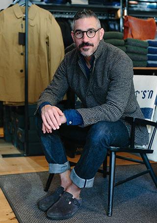 チェックジャケットとジーンズ+サボサンダルの着こなし【60代男性】