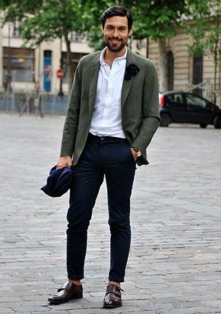 カーキジャケットと紺パンツ×白シャツの上品な着こなし