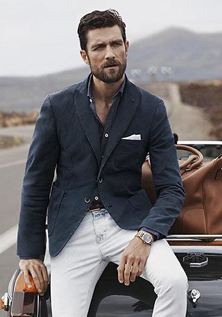 ラフな風合いの残る白ジーンズでのカジュアルダウンは、丁度ジーンズと白パンツとの中間のような印象になっています。 年代的には、スナップのように50代くらいの男性