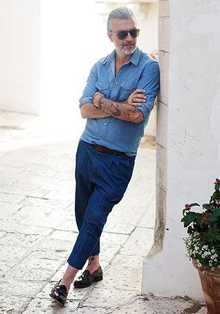 ダンガリーシャツ×クロップドデニムパンツの着こなし【60代男性】