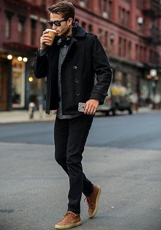 モノトーンでまとめた、シックながらもカッコいい黒ショートPコートの着こなし。 コーデに変化をつけるブラウンのスニーカーもいい感じで似合っていますね。