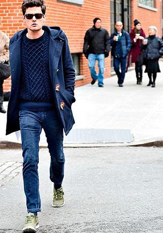 紺ダッフルコート×ジーンズのネイビーワントーンな着こなし