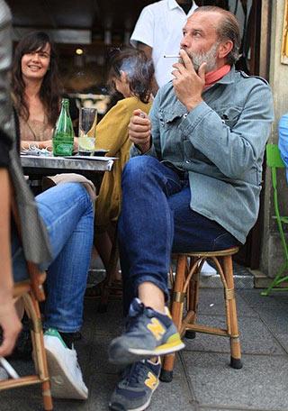【60代男性】ブルーブルゾン×紺スニーカーの着こなし