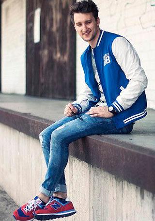 青スタジャン×ジーンズ×赤スニーカーの着こなし
