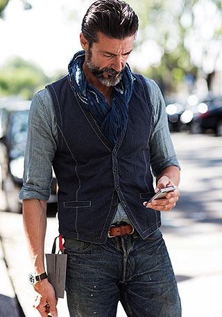50代 シャンブレーシャツ×ジレ×ジーンズの着こなし