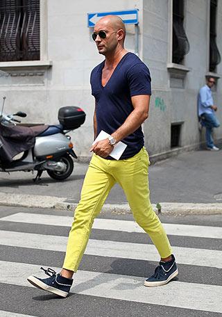 【50代】紺Tシャツ×イエローパンツの着こなし