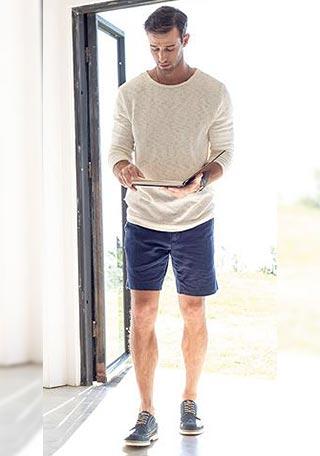 【30代男性】白ニット×ネイビーショーツの着こなし