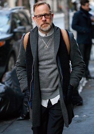 【スウェットで絶妙なハズし】50代チェスターコートの着こなし