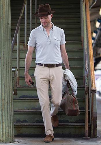 【40代男性】グレーポロシャツ×ベージュパンツの大人スタイル