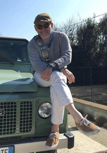 【50代男性】グレーセーター×白パンツ×スニーカーの着こなし