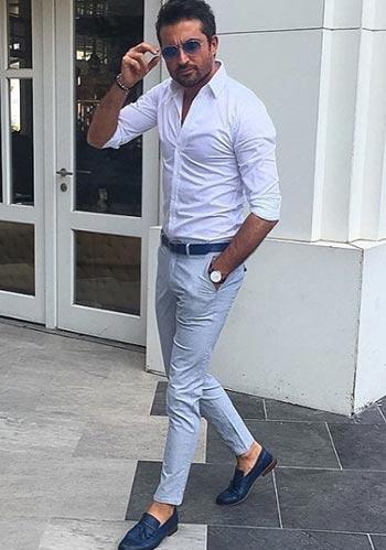 【夏】白シャツ×グレーパンツ×青ローファーのキレイめコーデ