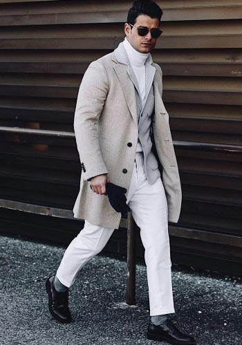 【モノトーン】グレージュ色チェスターコート×白タートル×白パンツ
