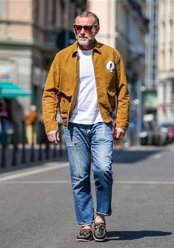 【50代】A,2シャツジャケット×白Tシャツ×ジーンズの着こなし